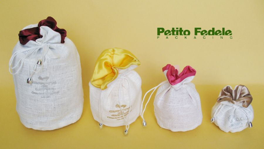 Soft pouch with round base internal lining in satin and external in white linen fabric